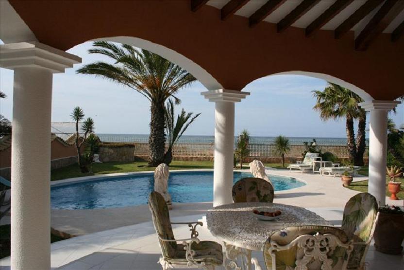 Купить замок у моря в испании